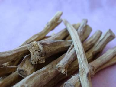 So sieht die Süßholzwurzel geschält und ansonsten unverarbeitet aus - ihr könnt sie beispielsweise in der Apotheke bekommen.